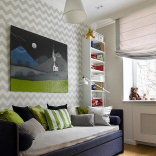Свежая идея для дизайна: маленькая нейтральная детская в стиле современная классика с спальным местом, светлым паркетным полом и разноцветными стенами для ребенка от 4 до 10 лет - отличное фото интерьера