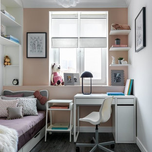 Exemple d'une chambre de fille tendance de taille moyenne avec un mur beige, un sol en bois foncé et un sol noir.