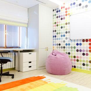 Idées déco pour une chambre neutre de 4 à 10 ans contemporaine de taille moyenne avec un bureau, un mur multicolore et un sol en liège.