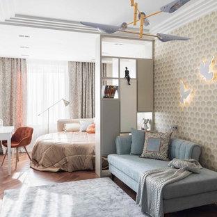 Новый формат декора квартиры: детская в стиле современная классика с спальным местом, бежевыми стенами, паркетным полом среднего тона и коричневым полом для девочки