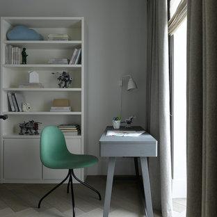 Пример оригинального дизайна интерьера: детская среднего размера в скандинавском стиле с белыми стенами, светлым паркетным полом, бежевым полом и рабочим местом для мальчика