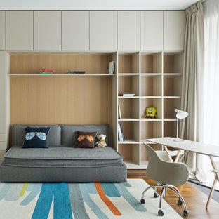 Пример оригинального дизайна: нейтральная детская в стиле модернизм с рабочим местом, бежевыми стенами, паркетным полом среднего тона и коричневым полом