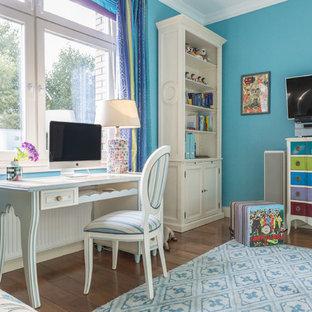 Стильный дизайн: детская в стиле фьюжн с синими стенами, темным паркетным полом и рабочим местом для подростка, девочки - последний тренд