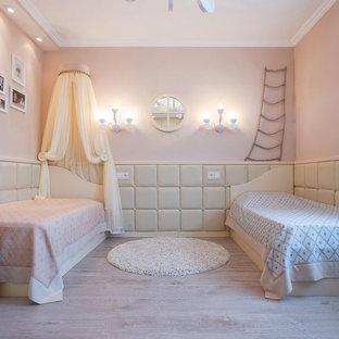 Свежая идея для дизайна: нейтральная детская среднего размера в стиле современная классика с спальным местом, бежевыми стенами и светлым паркетным полом для ребенка от 4 до 10 лет - отличное фото интерьера