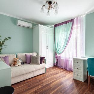 Foto de dormitorio infantil tradicional renovado, de tamaño medio, con paredes verdes, suelo laminado y suelo marrón