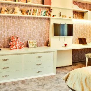 Exempel på ett mellanstort klassiskt barnrum kombinerat med sovrum, med vita väggar, heltäckningsmatta och lila golv