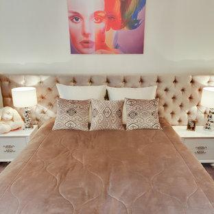Imagen de dormitorio infantil tradicional renovado, de tamaño medio, con paredes blancas, moqueta y suelo violeta