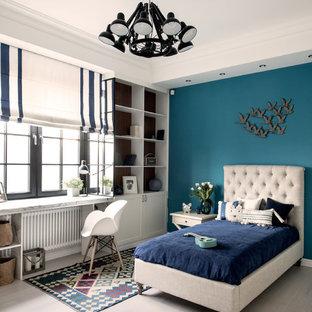 Idee per una cameretta per bambini tradizionale con pareti blu, parquet chiaro e pavimento beige