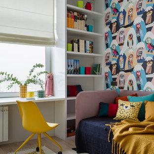 На фото: детская в современном стиле с разноцветными стенами и светлым паркетным полом для ребенка от 4 до 10 лет, девочки с
