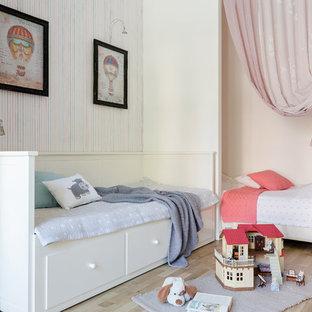 Стильный дизайн: нейтральная детская среднего размера в стиле современная классика с спальным местом, полом из ламината и бежевым полом - последний тренд