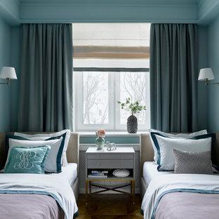 Свежая идея для дизайна: нейтральная детская среднего размера в стиле современная классика с спальным местом, синими стенами и коричневым полом для подростка - отличное фото интерьера