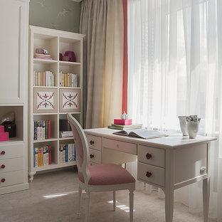 Exemple d'une chambre de fille de 4 à 10 ans chic de taille moyenne avec un mur vert, un sol en liège, un bureau et un sol beige.