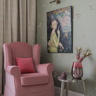 Idées déco pour une chambre de fille de 4 à 10 ans classique de taille moyenne avec un mur vert, un sol en liège et un sol blanc.
