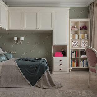 Aménagement d'une chambre d'enfant de 4 à 10 ans classique de taille moyenne avec un mur vert, un sol en liège et un sol beige.