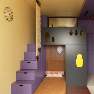 Modernes Kinderzimmer mit Schlafplatz, gelber Wandfarbe und beigem Boden in Moskau