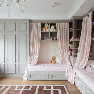 Ejemplo de dormitorio infantil de 4 a 10 años, tradicional, grande, con paredes blancas y suelo de madera clara