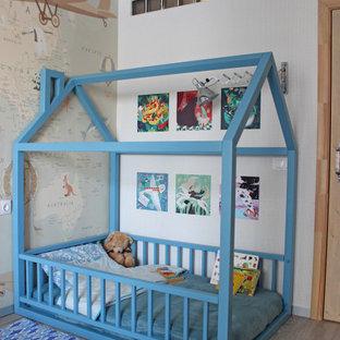 Ispirazione per una cameretta per bambini da 1 a 3 anni industriale di medie dimensioni con pavimento in laminato, pavimento grigio e pareti bianche