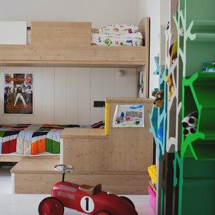 Diseño de dormitorio infantil de 4 a 10 años, actual, de tamaño medio, con paredes blancas y suelo de madera pintada
