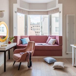 Bild på ett funkis flickrum, med vita väggar, ljust trägolv och beiget golv
