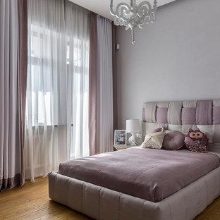 На фото: детская в современном стиле с спальным местом, паркетным полом среднего тона, коричневым полом и правильным освещением для девочки с