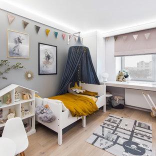 Свежая идея для дизайна: детская в скандинавском стиле с спальным местом, серыми стенами и светлым паркетным полом для ребенка от 1 до 3 лет, девочки - отличное фото интерьера