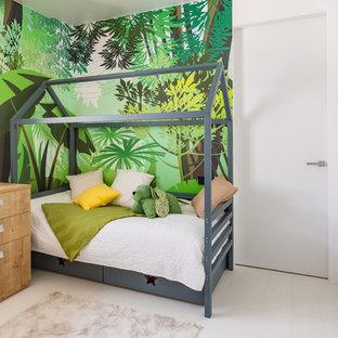 Пример оригинального дизайна: детская в современном стиле с спальным местом, зелеными стенами и белым полом