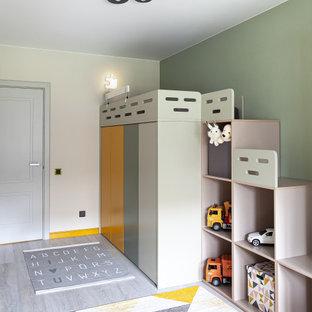 Идея дизайна: нейтральная детская в скандинавском стиле с спальным местом, зелеными стенами и серым полом