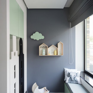 Идея дизайна: нейтральная детская с игровой в современном стиле с серыми стенами, темным паркетным полом и коричневым полом