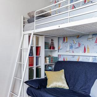 На фото: со средним бюджетом маленькие детские в современном стиле с спальным местом, белыми стенами, паркетным полом среднего тона и бежевым полом для подростка, мальчика