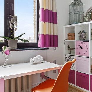 Пример оригинального дизайна интерьера: маленькая детская в современном стиле с белыми стенами, паркетным полом среднего тона, рабочим местом и бежевым полом для ребенка от 4 до 10 лет, девочки