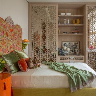 Новые идеи обустройства дома: маленькая детская в стиле современная классика с белыми стенами, светлым паркетным полом, бежевым полом и спальным местом для подростка, девочки