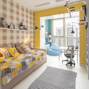 Пример оригинального дизайна: детская среднего размера в современном стиле с спальным местом, разноцветными стенами, полом из керамогранита и бежевым полом для ребенка от 4 до 10 лет, мальчика