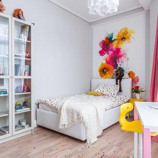 На фото: детская в современном стиле с спальным местом, белыми стенами, светлым паркетным полом и бежевым полом для девочки, ребенка от 4 до 10 лет