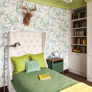 Esempio di una cameretta per bambini da 4 a 10 anni classica con pareti multicolore, parquet scuro e pavimento marrone
