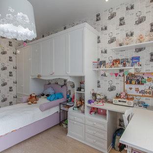 Exemple d'une petite chambre d'enfant de 4 à 10 ans industrielle avec un mur blanc, un sol en liège et un sol beige.