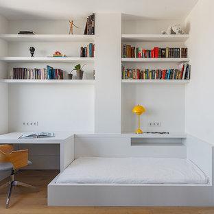 Diseño de dormitorio infantil moderno, de tamaño medio, con paredes blancas y suelo de madera clara