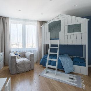 Идея дизайна: детская в современном стиле с спальным местом, синими стенами, светлым паркетным полом и бежевым полом для ребенка от 4 до 10 лет