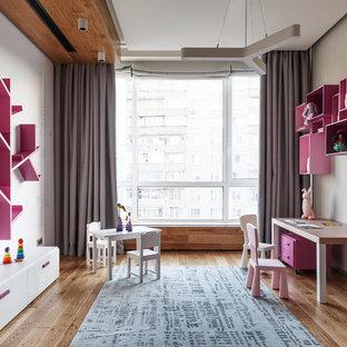 Свежая идея для дизайна: большая детская в современном стиле с спальным местом, белыми стенами, паркетным полом среднего тона и коричневым полом для ребенка от 4 до 10 лет, девочки - отличное фото интерьера