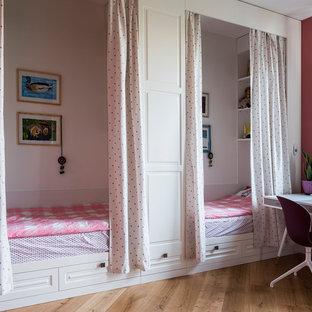 Неиссякаемый источник вдохновения для домашнего уюта: детская в современном стиле с спальным местом, розовыми стенами, паркетным полом среднего тона и коричневым полом для девочки