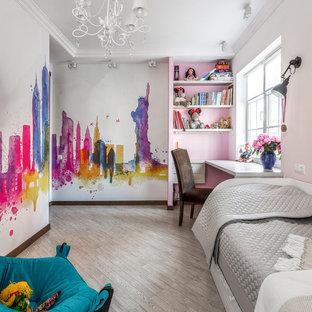 Пример оригинального дизайна: маленькая детская в стиле фьюжн с разноцветными стенами и серым полом для девочки