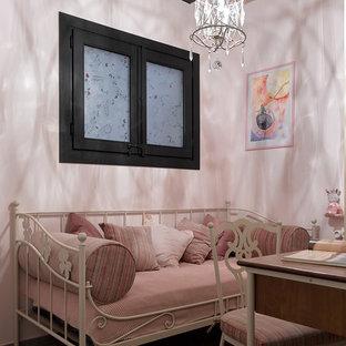 Foto di una cameretta per bambini da 4 a 10 anni bohémian di medie dimensioni con pareti rosa, pavimento con piastrelle in ceramica e pavimento marrone