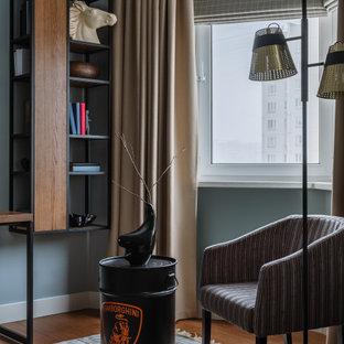 Klassisk inredning av ett mellanstort barnrum kombinerat med sovrum, med beige väggar, mellanmörkt trägolv och beiget golv