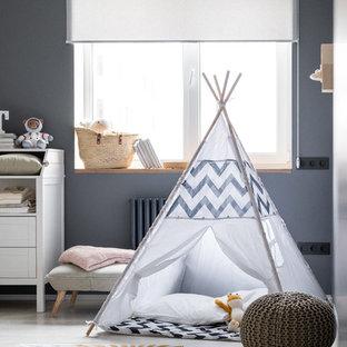 Стильный дизайн: маленькая детская с игровой в современном стиле с серыми стенами и белым полом - последний тренд