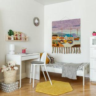 Пример оригинального дизайна: детская в скандинавском стиле с спальным местом, белыми стенами, светлым паркетным полом и бежевым полом для ребенка от 4 до 10 лет, девочки