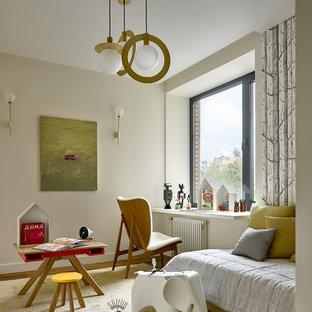 На фото: нейтральная детская в современном стиле с спальным местом, бежевыми стенами, ковровым покрытием и бежевым полом
