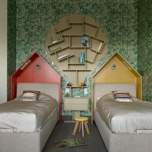 Неиссякаемый источник вдохновения для домашнего уюта: нейтральная детская в современном стиле с спальным местом, зелеными стенами и темным паркетным полом для ребенка от 4 до 10 лет