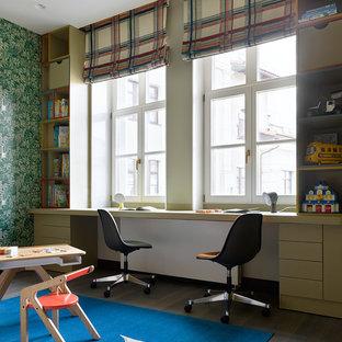 Neutrales Modernes Kinderzimmer mit Arbeitsecke, grüner Wandfarbe und dunklem Holzboden in Moskau