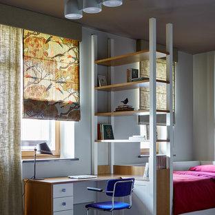 Cette photo montre une chambre neutre chic avec un bureau, un mur blanc, un sol multicolore et un sol en linoléum.