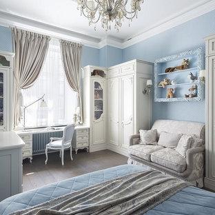 Свежая идея для дизайна: детская в классическом стиле с спальным местом, синими стенами, паркетным полом среднего тона и коричневым полом для девочки - отличное фото интерьера