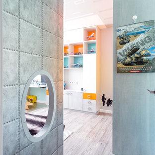 Mittelgroßes Modernes Kinderzimmer mit grauer Wandfarbe, Bambusparkett und grauem Boden in Moskau